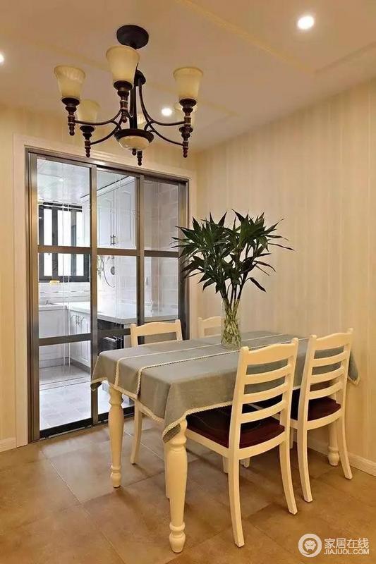 餐厅在厨房外面,两个区域指隔了一道玻璃推拉门。