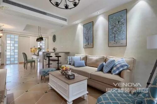 客厅的沙发也是奶茶咖色的,暖暖的很有意境,搭配上蓝色的抱枕,很有休闲的味道。