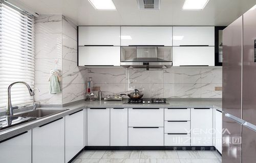 """设计师秉承着""""客户满意是工作的唯一标准""""的服务理念,让这个140平米的两居室具有现代前卫感;空间结构的开放式格局,让空间功能明确的同时,不失互动感;用色上以浅灰色为主,却没有作刻意化搭配,通过材质的色彩和肌理,让天然感成为空间的主调,再搭配考究而时尚的现代家具,让整个空间充满了精致感,可以说,大而雅,巧而精。"""