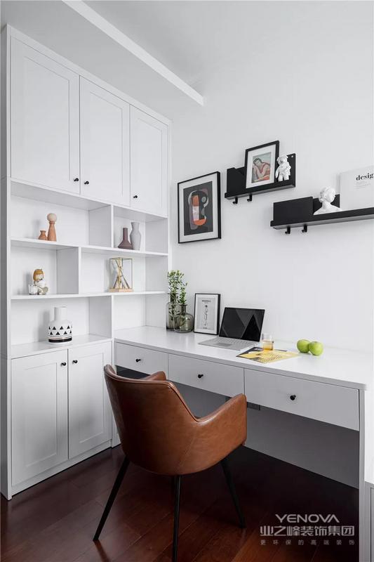 这是一套北欧风格的装修案例,格局没有做太多的改变,主要从墙面、家具、软装与灯光方面入手,引入时尚而复古的元素,充满了精致高冷的气质感。希望这套装修案例能给准备装修的大家带来一些灵感