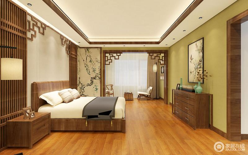 卧室线条简洁,青黄色漆粉刷墙面多了自然清新感,与田园风的壁画和写意画相互生趣;木格栅和回字纹木框打造的背景墙温实而灵动,与新中式实木家具的轻快更雅致之调;中式门框将卧室与阳台简单分割,而新中式沙发的清美大气无不衬托着空间的含蓄,让人享受这份中式温馨。