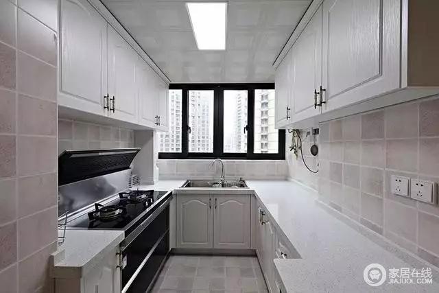 厨房,安装了U型橱柜,大大提高了空间的利用率