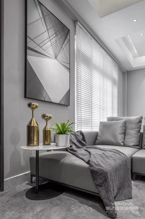 现代简约风格非常讲究材料的质地和室内空间的通透哲学。一般室内墙地面及顶棚和家具陈设,乃至灯具器皿等均以简洁的造型、纯洁的质地、精细的工艺为其特征。有时候越是简单的东西越是能够散发出一种魅力,现代极简风在家装风格中也颇为引人瞩目,简单的格局带有一种大设计的感觉,或唯美、或抽象,总能让人感受到其中的魅力所在。