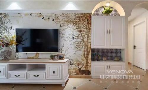 电视机背景墙旁边的壁柜是圆弧形的,和玄关处的有异曲同工之效。