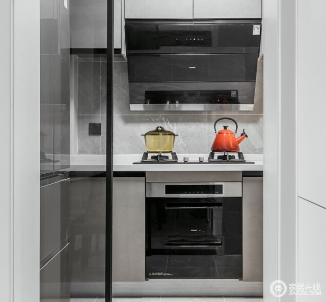 厨房灰色橱柜,墙地一体灰白色大理石砖,与橱柜让整体设计都格外利落,协调出生活的利落和品质。