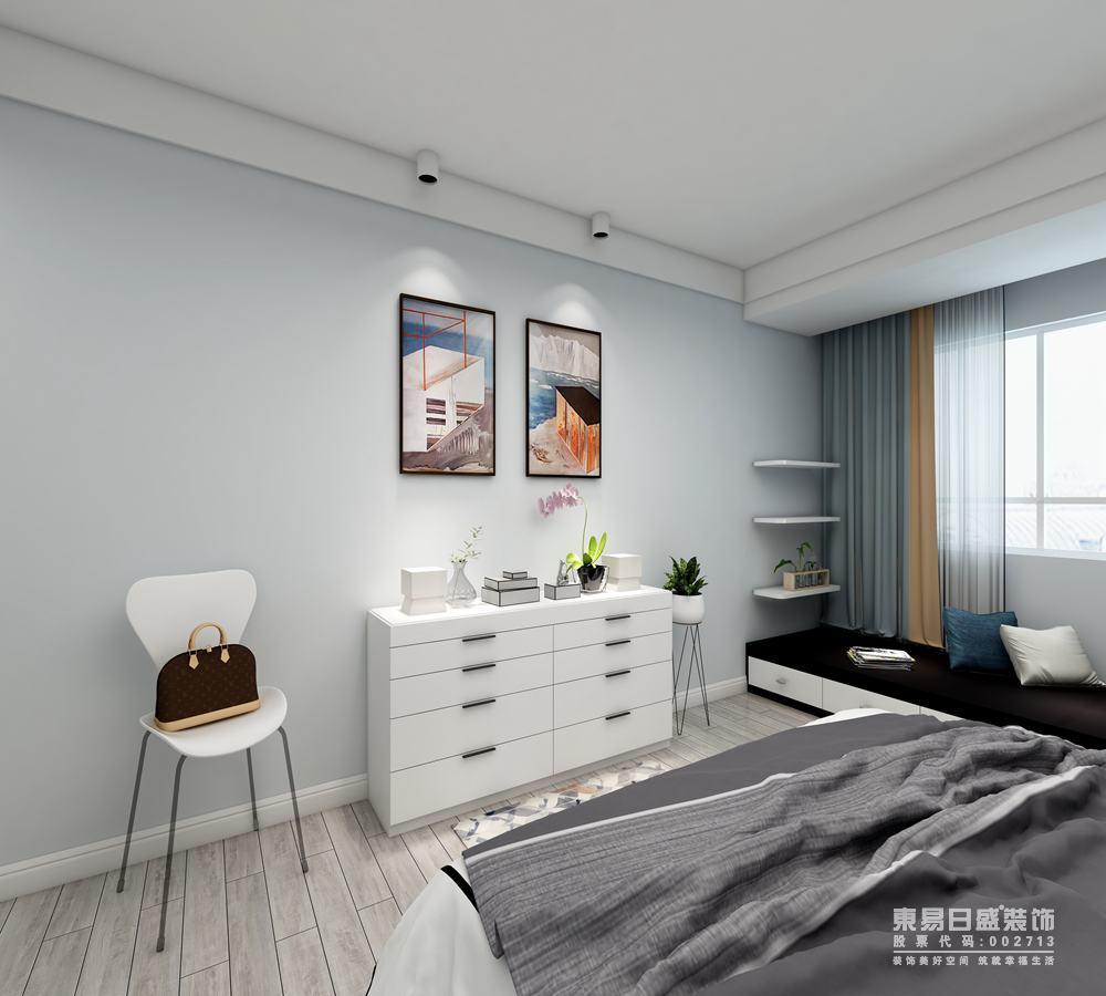 卧室布置的内容比较丰富,设计师在窗边增加了置物式地台,规划出了休闲区域,并增加了隔板置物;浅蓝的窗帘与墙面色调一致,与空间的白色、灰色及复古的木色,构建出空间的舒适度,呈现出几分平和的时尚气息。