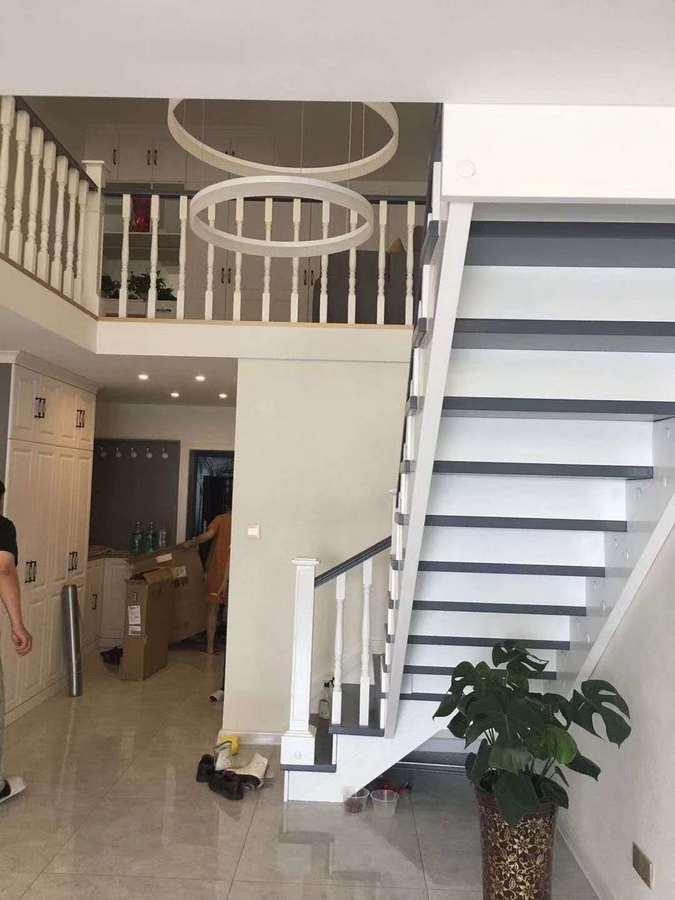 全家整体以白色为主,白色的实木楼梯,看起来也是比较上档次的