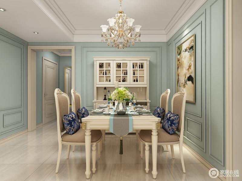 餐厅方形的吊顶很有层次感,与墙上的方形造型版呼应融为一体。餐厅周边的主色调是蓝色,而餐椅的颜色统一选用米白色;顶上的金色吊灯,显得大气贵重。