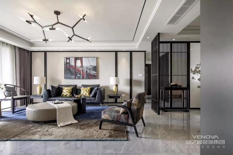 天分享的是一套建筑面积230平的新中式风大宅,除了屋主需求的三间卧室之外,还有这独立的茶室和书房,各个空间也非常的宽敞,设计师把现代风和中式风完美的结合起来,打造出这样一个端庄大方,时尚而又不失经典的家。