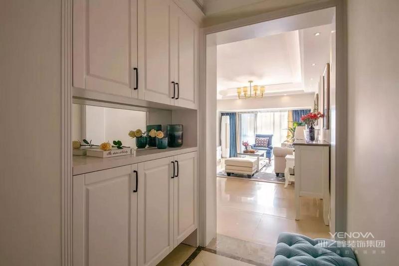 这是一套120平米的四房,整体户型利用率比较高,以现代的空间风格基调,搭配上简约的美式细节与软装,营造出一个舒适大方的氛围感,有现代舒适的大方与美式的高档感,却没有美式的那种厚重与压抑,呈现出一个更加适合年轻人的气质美式空间。