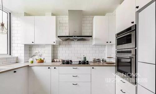 U型厨房最大化的利用空间,整体延续公领域的白色基调,定制橱柜嵌入大型厨电,空间简约整洁。