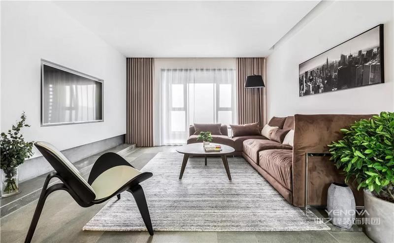 房子主人是一对年轻的夫妇,对生活细节一丝不苟的态度,以冷静的水泥灰为基调,把这套145平米的大房子装扮成简约舒适的温馨之家,令人舒适轻松。