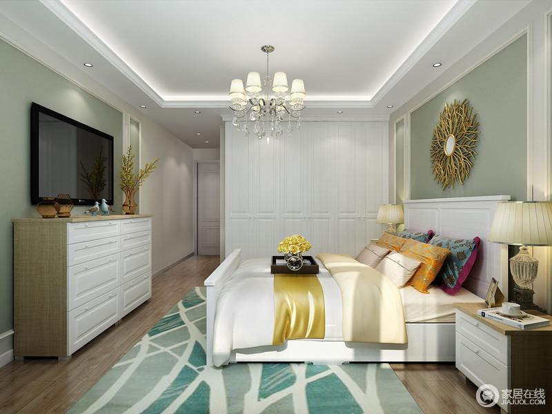 卧室白色的石膏吊顶因为线条的利落和灯带的嵌入式衬托,更显简练,背景墙粉刷了绿色漆,奠定了空间清新和静的氛围;而原木地板带来自然朴质,搭配现代美式实木家具,更为得体,绿色线条地毯带来活泼与金属墙饰和简欧灯具,让家颇为轻奢。