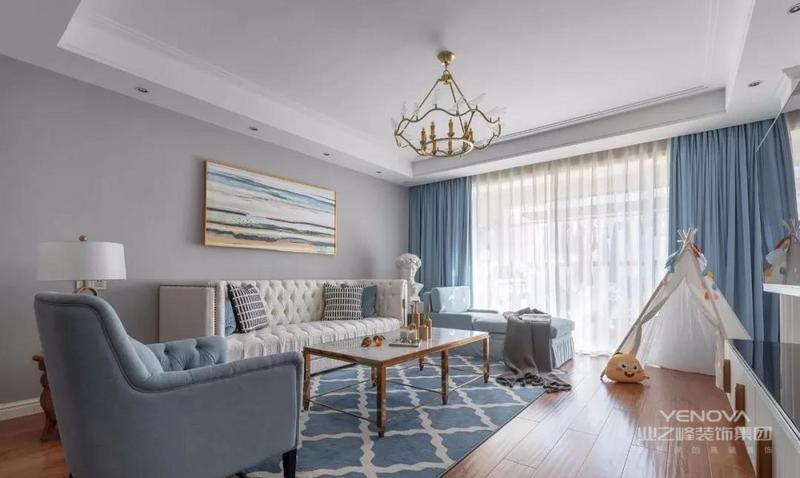 建筑面积135平,是一个软装案例,整体空间明快敞亮,用色充满了清新自然感淡蓝色的窗帘,沙发与地毯相互辉映,让客厅调性变得清新淡雅,像是蓝天与白云的交汇