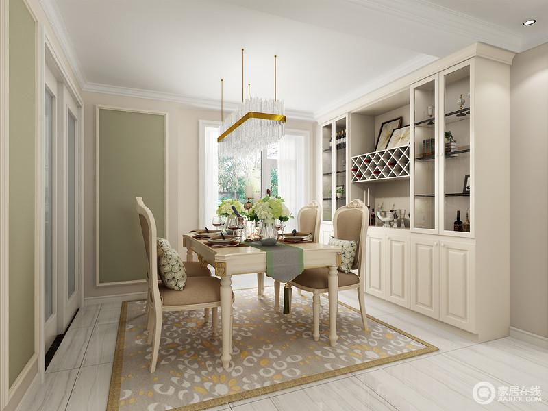 餐厅开放式的设计,不显得拥挤,与整个客厅构成互动性;驼色漆粉刷墙面搭配浅色砖石,让空间多了淡淡地自然朴实;绿色漆粉刷在几何面,化解了空间的单调,带来一阵轻快;而定制得美式橱柜和美式家具得体大方,实用而具有轻复古之美,水晶灯和圆圈性驼色地毯衬托出空间的精致和大气。