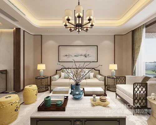 客厅线条和色调较为柔和,整体布置方正雅致;家具的选择上,金属镂空布艺单人沙发材质上的拼接,呼应了边几材质,彰显出现代新中式的时尚雅调;茶几上的灰蓝瓶花与姜黄鼓凳,则点缀出明媚气息。
