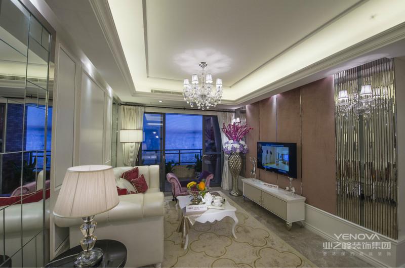 皮质沙发及深紫色抱枕搭配,舒适感十足,还带有一丝文艺的范。