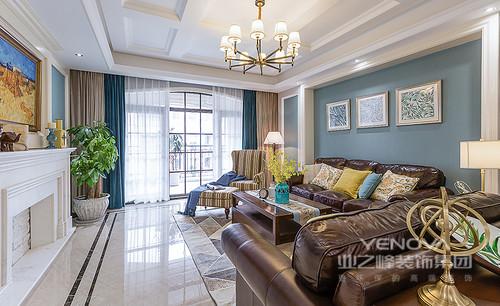 整个客厅的主色调以蓝白为主,营造清新的格调,实木家具与美式沙发组合因为彩色靠垫都了跳跃感,蓝色与驼色窗帘将空间的空灵与素静和盘托出,尤为得体。