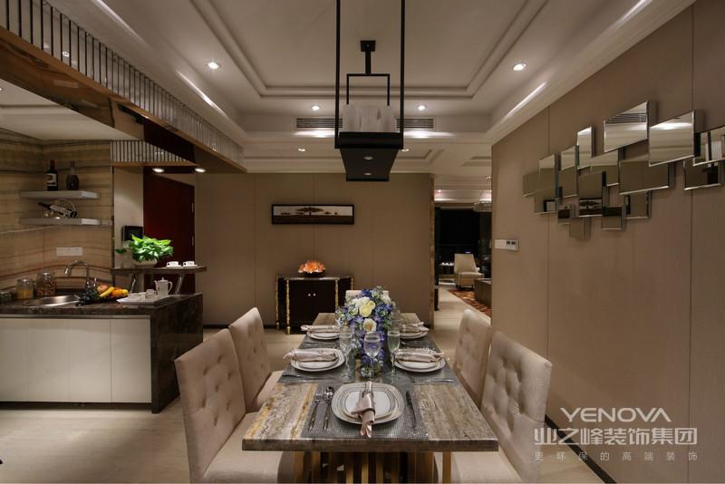 餐厅时尚的吊灯,简约的餐桌,对面还设计了嵌入式整体壁柜,非常的融合。