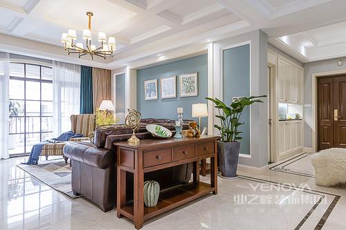 整个客厅因为蓝白色调尤为清新,但是设计师以美式胡桃木边柜来呼应咖色皮质沙发,古旧中带有美式斑驳的味道中性色条纹扶手椅与湖蓝色窗帘激活了空间的用色,给予主人一个别致地空间。