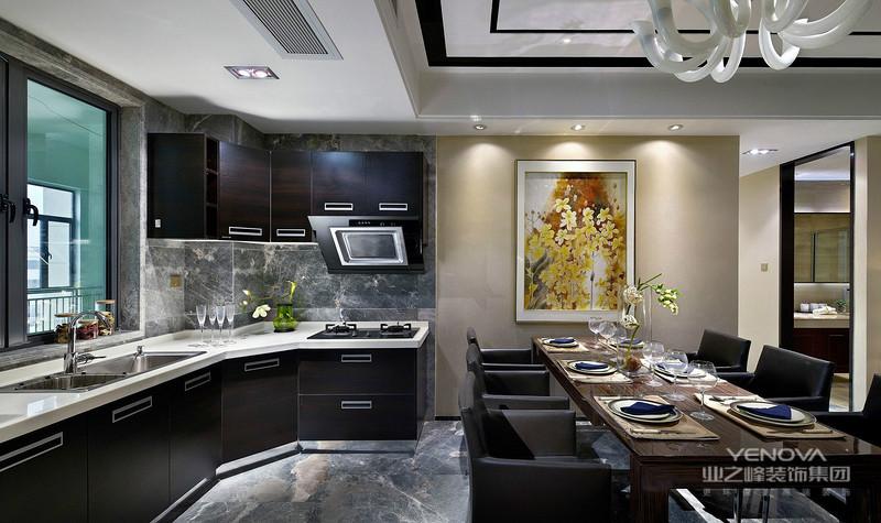 厨房这里的冷调黑白,而客厅与地面的温馨木色暖调,搭配显得冷暖交融,充满艺术气息;