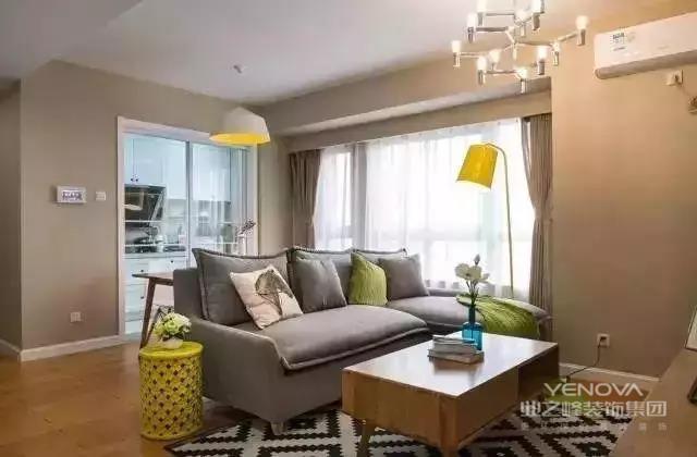 现代简约风格源于西方的现代主义风格,提倡形式追随功能,就是讲究功能第一,花里胡哨的装饰物可以抛开不要。该设计的特色是将房屋的原材料、色彩搭配、灯光照明等进行最大化的简化!但就是这些相当简单的家居装饰,通过设计师的编排设计,往往可以起到很好的视觉效果。并且现代简约风格几乎是所有装修风格里最省钱的一种,所以受到广大消费者的喜爱。