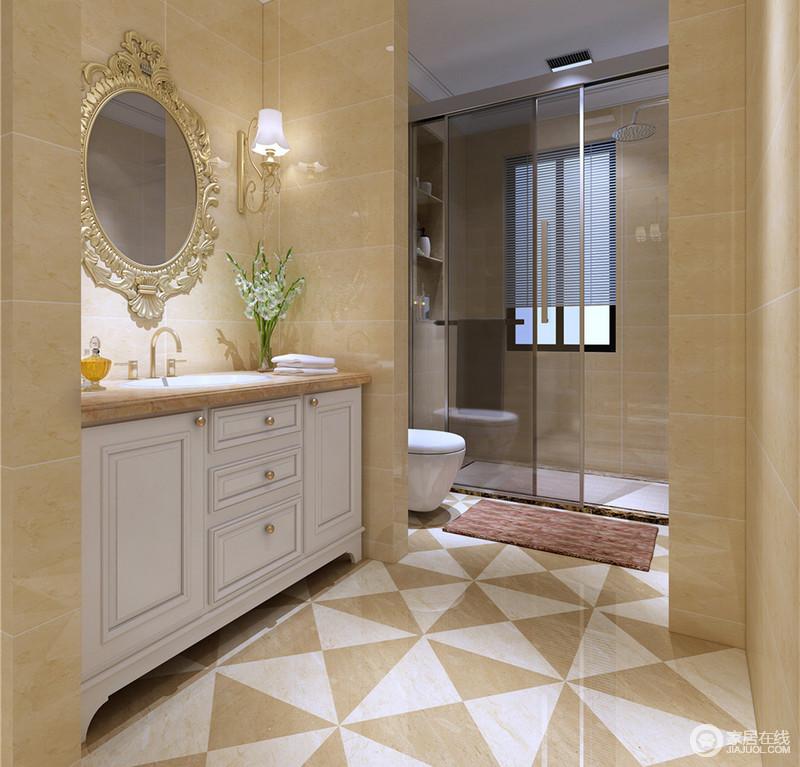 空间格局上的划分,令卫生间干湿分离,干爽整洁的同时,也保持了通透性;盥洗台下方白色储物柜,增添收纳置物;描金雕花镜,平添轻奢质感,地面上拼色花砖,瞬间使空间生动起来。