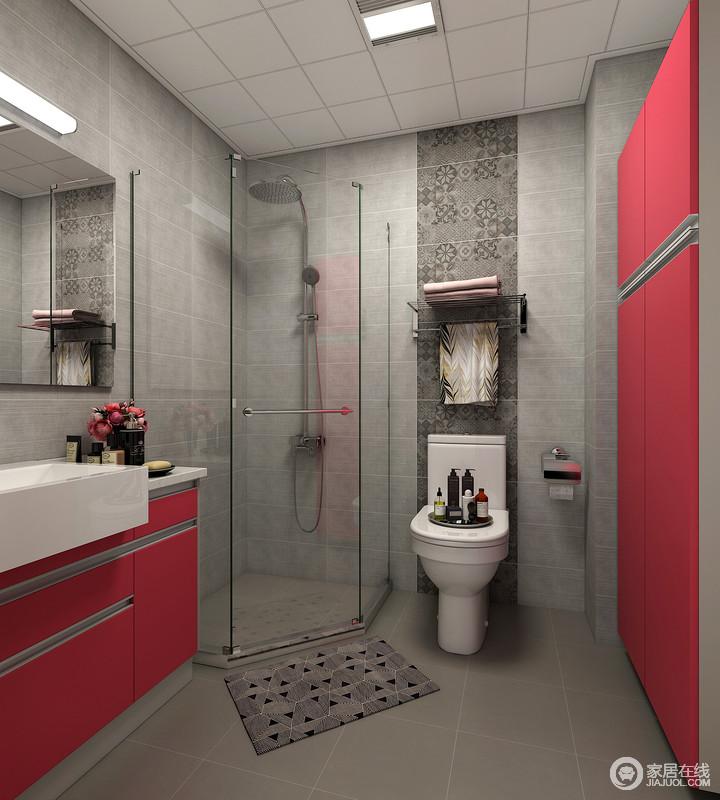 卫生间以深灰色砖石来铺贴墙面和地面,马桶的立面以马赛克砖铺贴出一种立面的层次;角落的淋浴间解决了干湿的问题,而红色储物柜和盥洗柜实现了收纳,同时为空间带来一抹红的摩登。