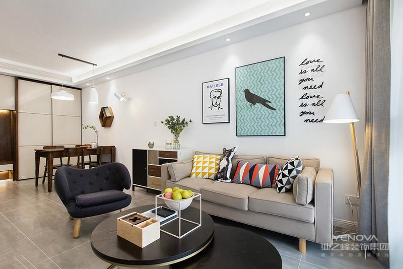 小圆的木质茶几,以及沙发背景墙上挂画,及时尚又艺术,创意十足
