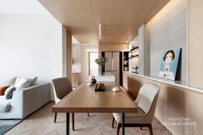 这是一套80平米的二房户型,在现代简约风格的装修基础,在空间加入大量的木质,带来的是有温度的舒适居住空间,使得空间充满了自然与人文的自然气质感。