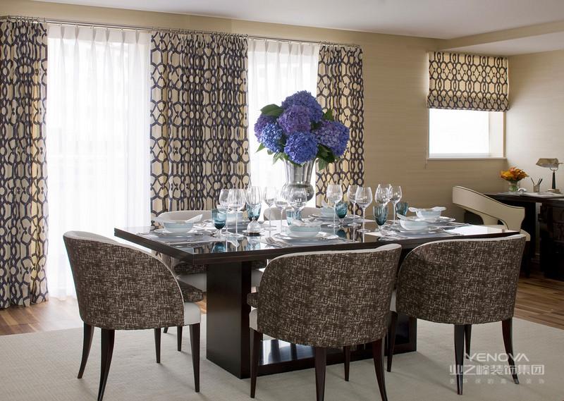 餐厅的两点在于砖面原始设计的背景墙,淡雅的桌椅摆设明亮淡雅