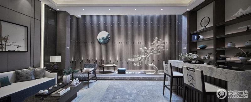休闲厅的木质墙面汲取了中式屏风的灵感,实木缝隙之间,形成一种东方美学;灰色大理石从地面到吧台无不传承着天然的风姿,从现代家具到新中式造景的设计中,便可感受到中式的新雅异趣。