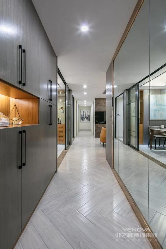 这套135平米的现代风格装修案例,在设计中混入优雅轻奢的细节元素,在保持简约轻松的空间氛围基础,以大量精致有格调的设计元素,搭配出华丽优雅的档次感。