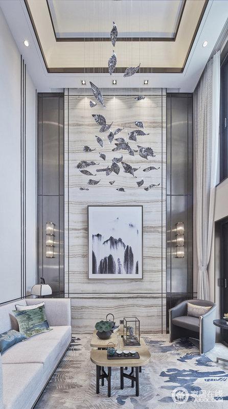 """客厅空间的写意泼墨画和禅意小品相映成趣,以充满典雅的元素去回应悠然生活。空间用色汲取墨色山水中的""""灰度""""色调,气度之感跃然眼前。"""
