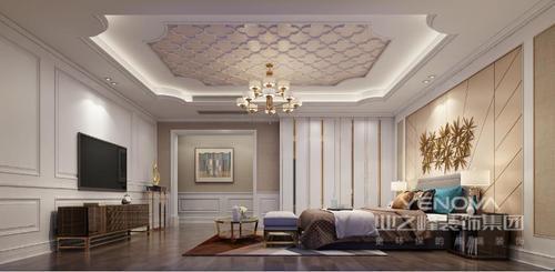 卧室的矩形吊顶因为花卉的设计多了精致,金属吊顶的圆形设计,并不掩盖吊顶的精致;白色衣柜的金线装饰,与咖色系家具凸显出欧式华丽,沉稳中赋予生活精奢;床尾凳与圆几让你自得一份休闲。