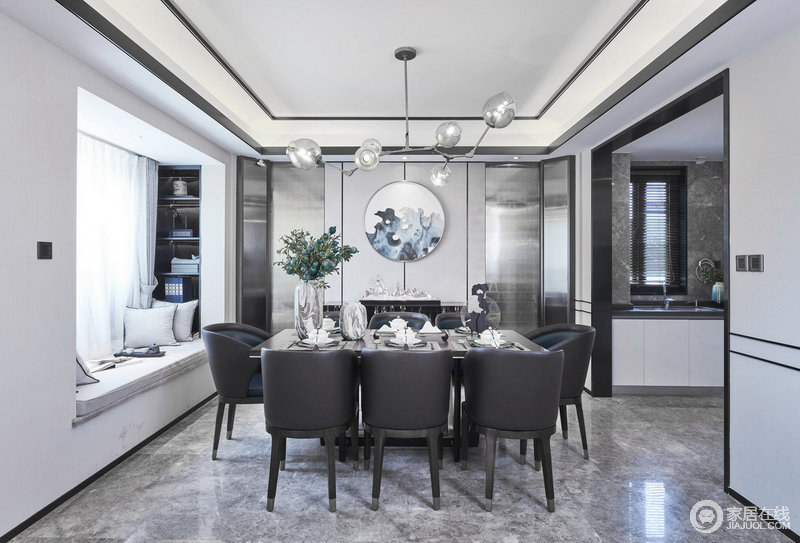 餐厅搭配水晶的山景造型,将山水月色融于一室之内,素灰色的色调让空间气韵沉稳,而黑色桌椅更是具有现代经典与庄重。