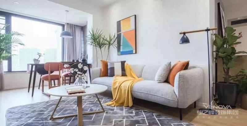 在配饰上,延续了黑白灰的主色调,以简洁的造型、完美的细节,营造出时尚前卫的感觉。不论是卧室还是客厅,本设计都集中体现了这一点,同时也满足了业主的要求,避免了白色的木地板带来的不便。