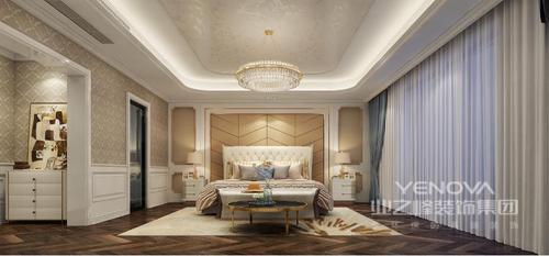卧室矩形的吊顶加盖了金箔,并因为圆形水晶盘灯突出了轻华之光;白色板材与驼色软包打造出来的墙面带着几何与色彩,让空间温和有节奏,白色家具和新古典双人床得体而质感上乘,地毯与淡蓝色的窗帘让空间色彩之中带着柔和,而收纳柜无疑满足你的功能性需要,温馨体贴。