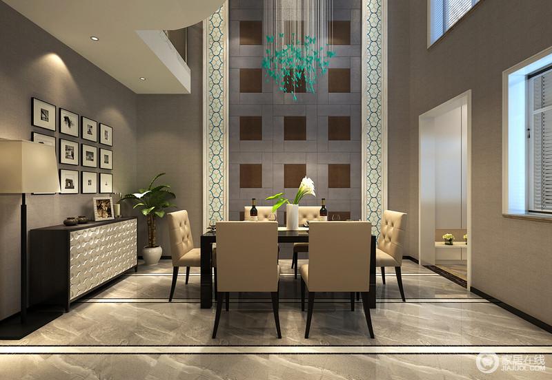 餐厅拥有挑高空间,纵深感的营造放大空间的仪式感,就餐氛围被赋予了华贵之气;灰色空间中,背景墙对称花纹和格子配上瀑布流蓝色水晶灯,视觉上极具冲击力;照片墙和边柜的诠释,更添艺术的华美质感;餐桌椅则在米黄和黑棕色间温馨沉稳。