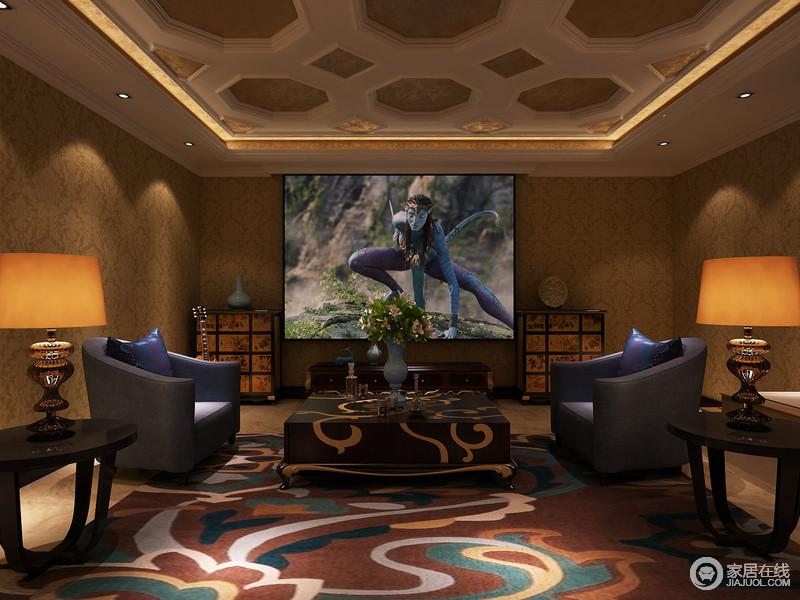 影音室的铺装,带着几分混搭意味;天花上石膏线的八角图形与墙面上壁纸印花,在视觉上相得益彰的呼应出新古典的内敛华贵;方正的茶几与地毯图案,则传递出中式的风趣;现代沙发与复古边柜对称又对比,独特多姿的腔调,在空间中蔓延开来。