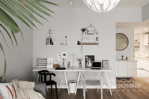 家庭工作区全景,也可以看到它和浴室柜、厨房的关系,形成一种互动,让生活更为开放;而白色的基调格外干净,墙面的收纳架与书桌成就空间的收纳美学。