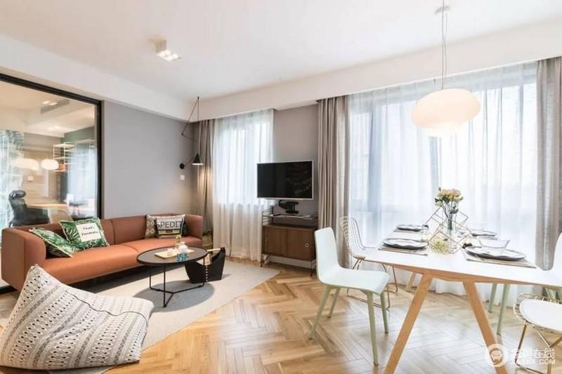 红棕色沙发,人字拼地板很吸引眼球,既北欧又很时尚,妥妥的看了人的都喜欢的风格。