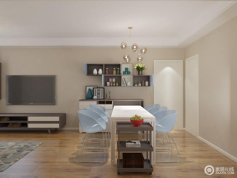 餐桌侧边既是放置物架的好地方也是摆放宝宝餐椅最合适的地方
