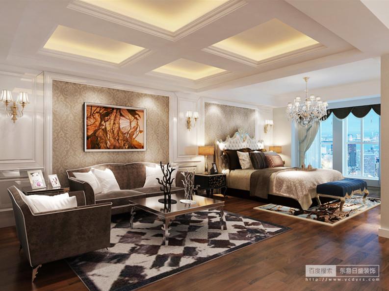 主卧室的空间非常的宽敞,落地窗更带来极佳的观景视野;空间被一分为二,以天花板的不同造型为界;优雅的新古典沙发色调沉厚,同时呼应着点缀的床品;地毯在花纹与几何的演绎中,烘托出空间的奢华贵气。
