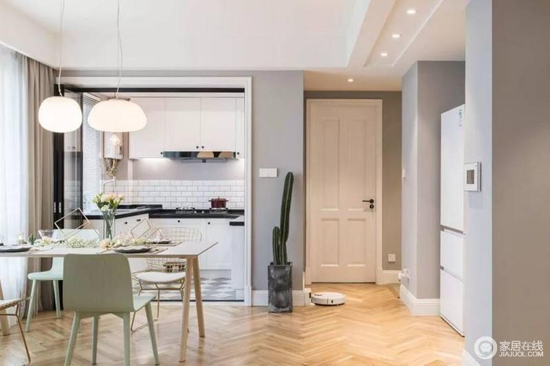 餐厨空间白色框的隔断门,是时下最in的元素,黑色折叠门不挡空间,还不用担心油烟满天飞。