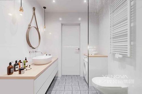 大面积的白色中,点缀着晶粉色,带来意想不到的甜美浪漫感。地板的纹理,适时的丰富了空间的层次变化。皮带挂镜打破传统浴室镜,带来趣味创意装饰。