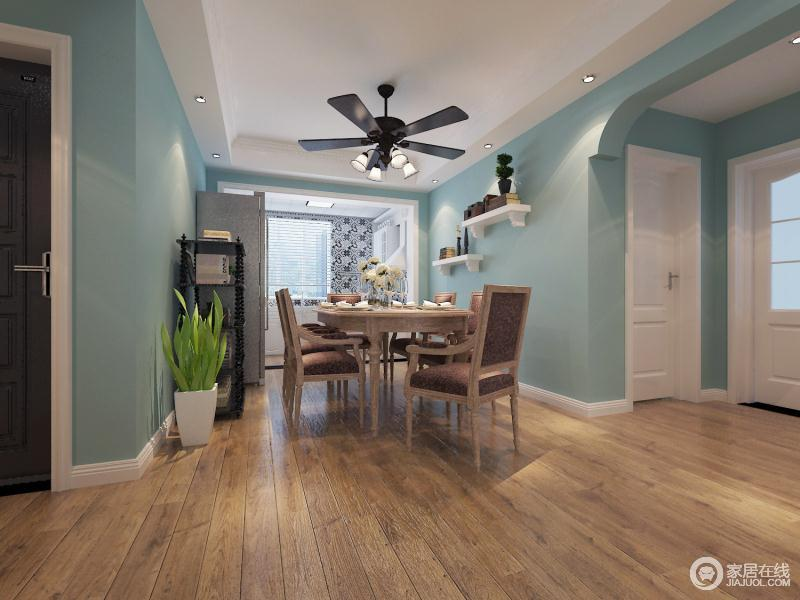 餐厅与客厅的色调相呼应,简单的灯饰搭配完美的暂时出了美式的风格。为了体现出空间的大,餐厅与客厅就没有隔开,落地窗的光线让整个空间十分明亮。