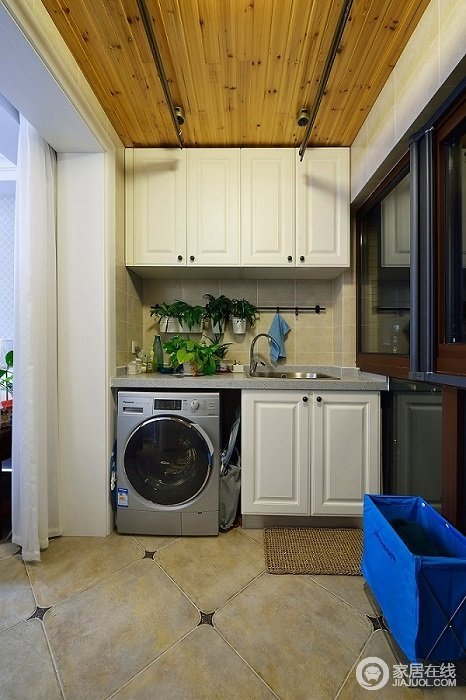阳台作为洗衣房兼备储物功能