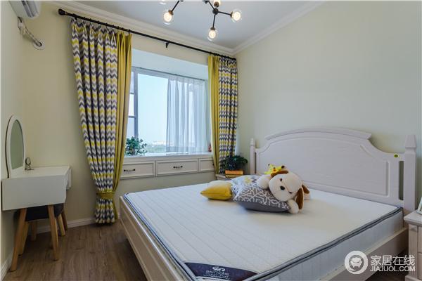 儿童房整体以浅色为主,单用黄色波纹窗帘来激发空间的色彩与活力,让孩子能够住得舒适。