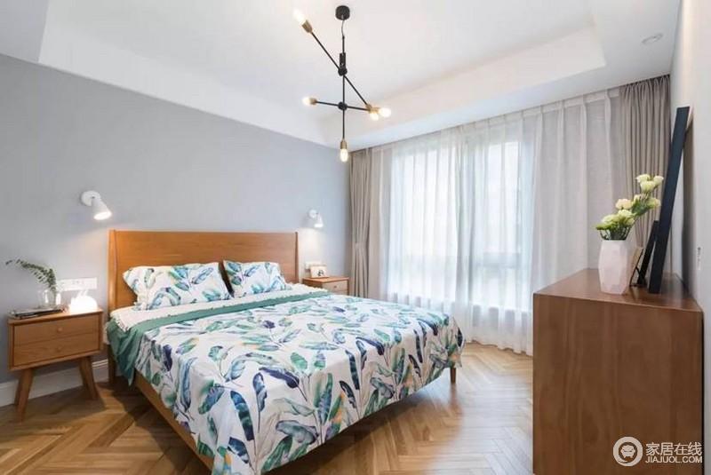卧室简单温馨,和谐统一的实木家具,简单却足够朴质实用;屋主注重卧室的舒适,自然绿色的床品给予生活不一样的生机,给人一种质朴与清雅。